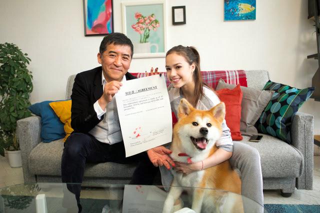 【フィギュアスケート】ザギトワの愛犬マサル、広告出演を契約 肉球でサイン